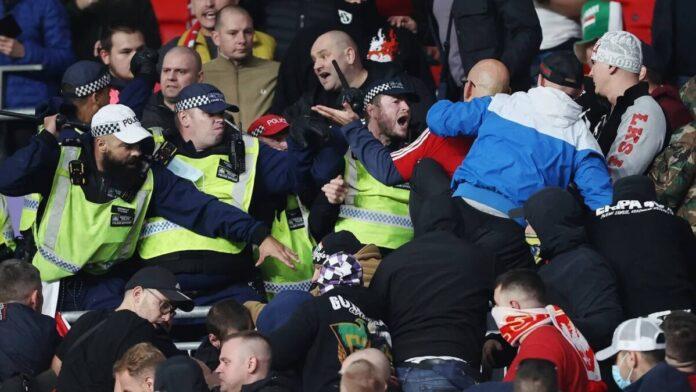 ยังไม่เข็ด! แฟนบอลฮังการีก่อเรื่องวุ่นในสนาม จนตำรวจต้องเข้าระงับเหตุ ทีมชาติ